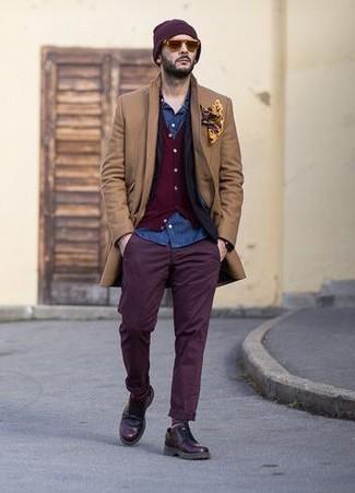 Cómo combinar: abrigo largo marrón claro, blazer negro, cárdigan burdeos, camisa vaquera azul
