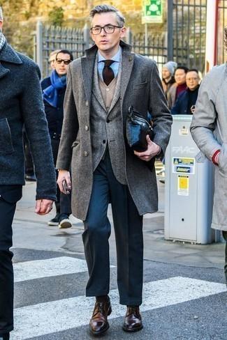 Cómo combinar un abrigo largo: Ponte un abrigo largo y un pantalón de vestir azul marino para una apariencia clásica y elegante. ¿Quieres elegir un zapato informal? Opta por un par de zapatos derby de cuero en marrón oscuro para el día.