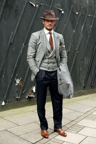 Cómo combinar: abrigo largo gris, blazer gris, chaleco de vestir gris, camisa de vestir blanca