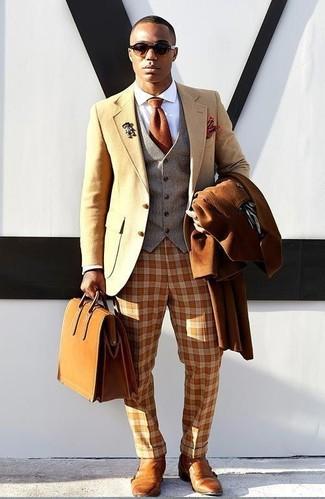 Cómo combinar: abrigo largo en tabaco, blazer de lana marrón claro, chaleco de vestir de lana gris, camisa de vestir blanca