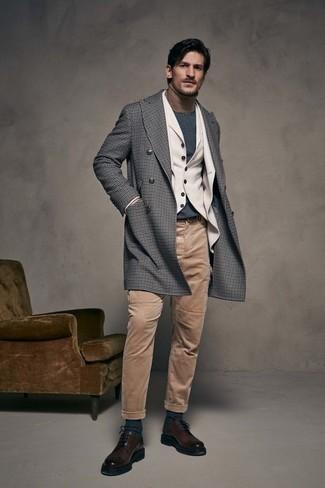 Cómo combinar: abrigo largo de cuadro vichy gris, blazer de lana en beige, chaleco de vestir de lana en beige, jersey de cuello alto marrón claro