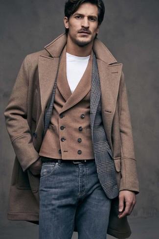 Un abrigo largo marrón y unos vaqueros azul marino son un look perfecto para ir a la moda y a la vez clásica.