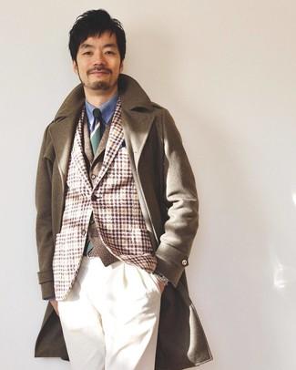 Cómo combinar: abrigo largo marrón, blazer de lana de tartán marrón claro, chaleco de vestir de lana marrón, camisa de vestir azul