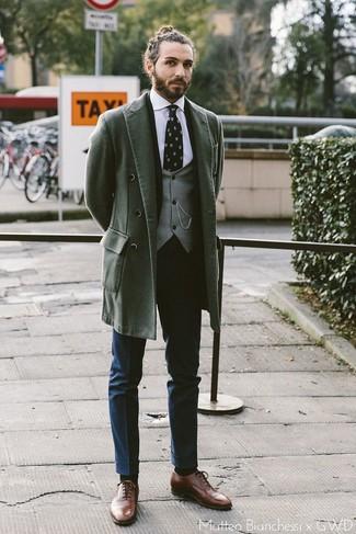 Cómo combinar unos zapatos oxford de cuero marrónes: Intenta ponerse un abrigo largo verde oscuro y un pantalón de vestir azul marino para rebosar clase y sofisticación. Zapatos oxford de cuero marrónes son una opción inmejorable para complementar tu atuendo.