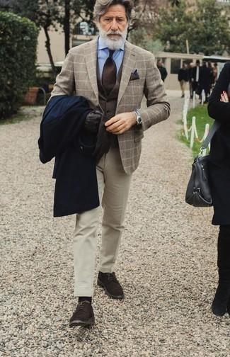 Moda para hombres de 60 años en clima fresco: Empareja un abrigo largo azul marino junto a un pantalón de vestir en beige para una apariencia clásica y elegante. ¿Quieres elegir un zapato informal? Opta por un par de zapatos derby de ante en marrón oscuro para el día.