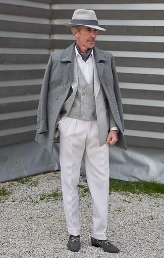 Moda para hombres de 60 años en clima fresco: Emparejar un abrigo largo gris junto a un pantalón de vestir blanco es una opción incomparable para una apariencia clásica y refinada. Mocasín de lona azul marino añadirán un nuevo toque a un estilo que de lo contrario es clásico.