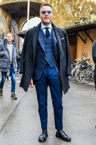 Cómo combinar un chaleco de vestir a cuadros azul marino: Casa un chaleco de vestir a cuadros azul marino con un pantalón de vestir azul para una apariencia clásica y elegante. Si no quieres vestir totalmente formal, haz zapatos derby de cuero negros tu calzado.