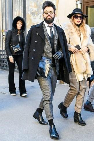 Cómo combinar un blazer de lana de tartán gris: Intenta combinar un blazer de lana de tartán gris junto a un pantalón chino de lana gris para lograr un look de vestir pero no muy formal. Con el calzado, sé más clásico y elige un par de botines chelsea de cuero negros.