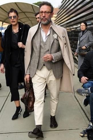 Cómo combinar un abrigo largo: Haz de un abrigo largo y un pantalón de vestir en beige tu atuendo para rebosar clase y sofisticación. Si no quieres vestir totalmente formal, usa un par de zapatos derby de cuero en marrón oscuro.