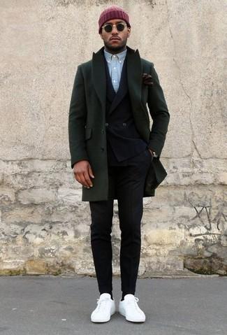 Cómo combinar: abrigo largo verde oscuro, blazer cruzado negro, camisa de manga larga de cambray celeste, pantalón de vestir negro