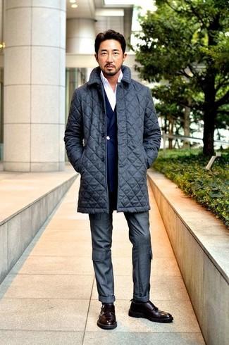 Cómo combinar: abrigo largo acolchado en gris oscuro, blazer cruzado azul marino, camisa de manga larga blanca, pantalón de vestir en gris oscuro