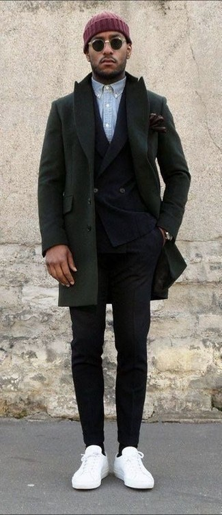 Cómo combinar: abrigo largo verde oliva, blazer cruzado de lana negro, camisa de manga larga de cambray celeste, pantalón de vestir de lana negro