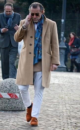 Cómo combinar: abrigo largo marrón claro, blazer cruzado de lana marrón claro, camisa de manga larga blanca, pantalón de vestir blanco