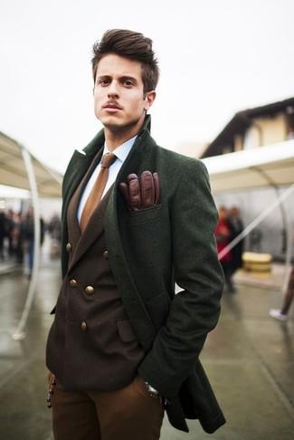 Cómo combinar: abrigo largo verde, blazer cruzado marrón, camisa de vestir blanca, pantalón chino en tabaco