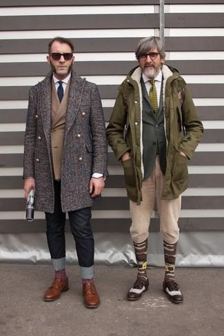 Esta combinación de un abrigo largo marrón oscuro de Maison Margiela y unos vaqueros negros es perfecta para una salida nocturna u ocasiones casuales elegantes. Dale un toque de elegancia a tu atuendo con un par de zapatos derby de cuero marrónes.