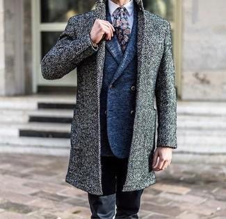 Cómo combinar: abrigo largo gris, blazer cruzado de lana azul, camisa de vestir violeta claro, pantalón chino negro