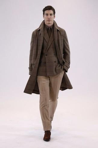 Cómo combinar: abrigo largo a cuadros marrón, blazer cruzado de lana a cuadros marrón, camisa de vestir marrón, pantalón de vestir de lana marrón claro