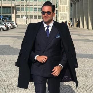 Cómo combinar: abrigo largo negro, blazer cruzado de rayas verticales azul marino, camisa de vestir blanca, pantalón de vestir de rayas verticales negro