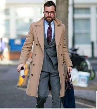 Cómo combinar: abrigo largo en beige, blazer cruzado gris, camisa de vestir celeste, pantalón de vestir gris