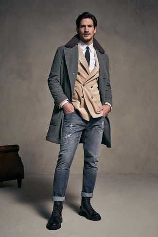 Cómo combinar: abrigo largo en gris oscuro, blazer cruzado en beige, camisa de vestir blanca, vaqueros pitillo desgastados grises