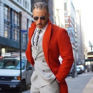 Cómo combinar: abrigo largo rojo, blazer cruzado gris, camisa de vestir blanca, pantalón de vestir gris