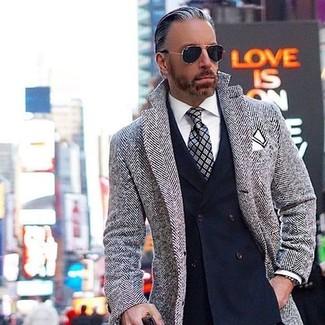 Cómo combinar: abrigo largo de espiguilla gris, blazer cruzado azul marino, camisa de vestir blanca, corbata de tartán gris