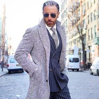 Cómo combinar: abrigo largo de espiguilla gris, blazer cruzado de rayas verticales azul marino, camisa de vestir blanca, pantalón de vestir de rayas verticales azul marino