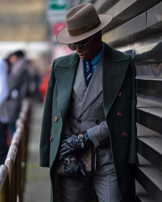 Cómo combinar: abrigo largo verde oscuro, blazer cruzado gris, camisa de vestir azul, pantalón de vestir gris