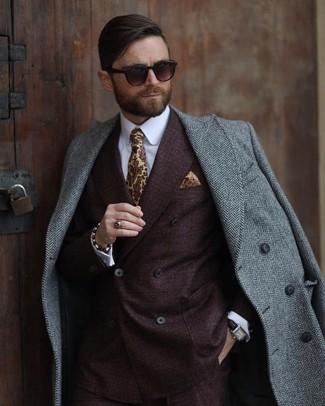 Cómo combinar: abrigo largo de espiguilla gris, blazer cruzado en marrón oscuro, camisa de vestir blanca, corbata estampada amarilla