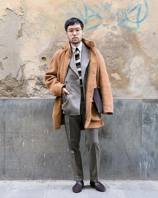 Cómo combinar: abrigo largo marrón claro, blazer cruzado gris, camisa de vestir blanca, pantalón de vestir gris
