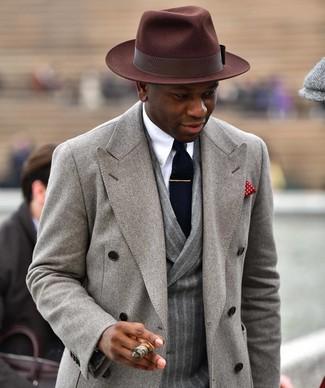 Cómo combinar: abrigo largo gris, blazer cruzado de lana de rayas verticales gris, camisa de vestir blanca, sombrero de lana en marrón oscuro