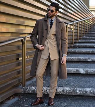 Cómo combinar: abrigo largo marrón, blazer cruzado marrón claro, camisa de vestir de rayas verticales en blanco y negro, pantalón de vestir marrón claro