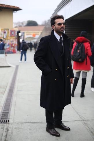 Cómo combinar: abrigo largo negro, blazer cruzado negro, camisa de vestir blanca, pantalón de vestir negro