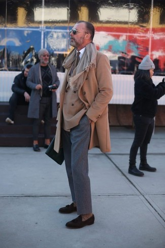 Look de moda: Abrigo largo marrón claro, Blazer cruzado marrón claro, Camisa de vestir blanca, Pantalón de vestir de lana gris