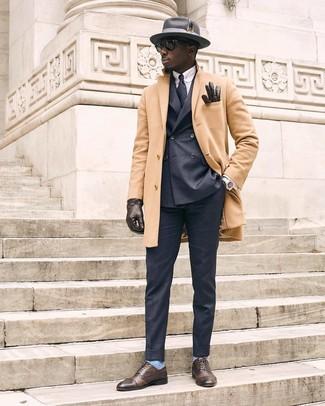 Cómo combinar: abrigo largo marrón claro, blazer cruzado en gris oscuro, camisa de vestir de rayas verticales celeste, pantalón de vestir en gris oscuro