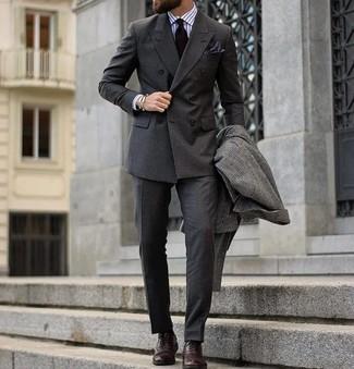 Cómo combinar: abrigo largo a cuadros en gris oscuro, blazer cruzado en gris oscuro, camisa de vestir de rayas verticales blanca, pantalón de vestir en gris oscuro