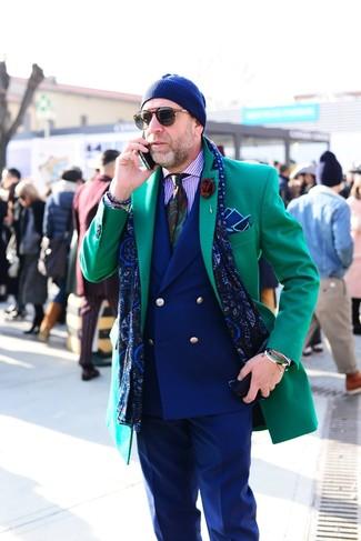 Cómo combinar: abrigo largo verde, blazer cruzado azul marino, camisa de vestir de rayas verticales violeta claro, pantalón de vestir azul marino