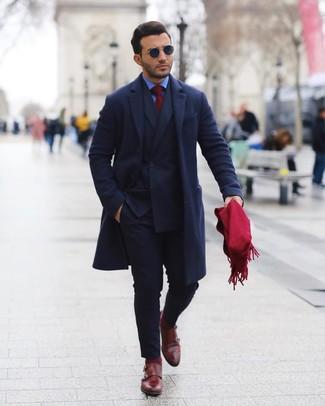 Cómo combinar unos calcetines burdeos: Opta por la comodidad en un abrigo largo azul marino y unos calcetines burdeos. Complementa tu atuendo con zapatos con doble hebilla de cuero burdeos para mostrar tu inteligencia sartorial.