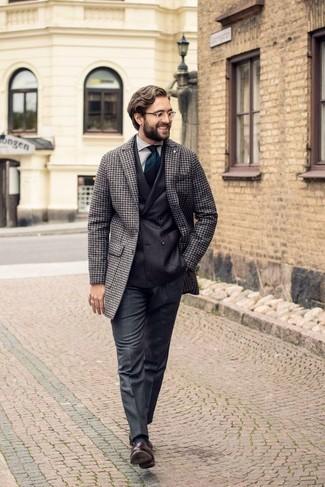 Una camisa de vestir de vestir con un mocasín con borlas en marrón oscuro: Elige una camisa de vestir y un pantalón de vestir de lana en gris oscuro para una apariencia clásica y elegante. Mocasín con borlas en marrón oscuro resaltaran una combinación tan clásico.