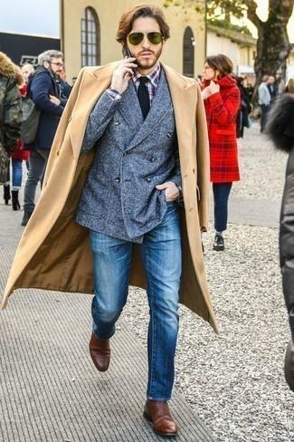 Cómo combinar un blazer cruzado azul: Utiliza un blazer cruzado azul y unos vaqueros azules para después del trabajo. Luce este conjunto con botines chelsea de cuero marrónes.
