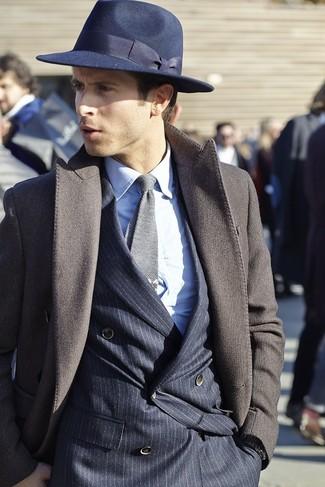 Intenta combinar un abrigo largo marrón oscuro junto a un sombrero para un perfil clásico y refinado.