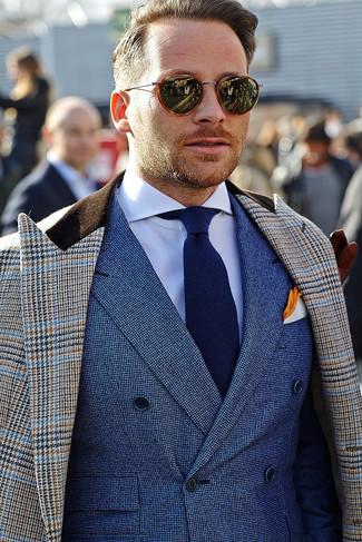 Cómo combinar: abrigo largo de pata de gallo marrón, blazer cruzado azul, camisa de vestir blanca, corbata azul marino