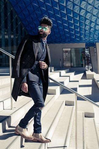 Cómo combinar: abrigo largo de tartán en marrón oscuro, blazer cruzado negro, camisa vaquera azul, vaqueros pitillo desgastados azul marino