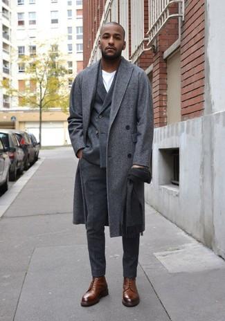 Cómo combinar: abrigo largo gris, blazer cruzado de lana en gris oscuro, camiseta con cuello circular blanca, pantalón de vestir de lana en gris oscuro