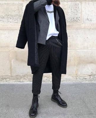 Cómo combinar: abrigo largo negro, blazer cruzado a cuadros gris, camiseta con cuello circular estampada en blanco y negro, pantalón de vestir de rayas verticales negro