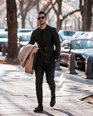 Cómo combinar: abrigo largo marrón claro, blazer cruzado negro, camiseta con cuello circular negra, pantalón de vestir negro