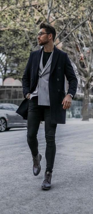 Outfits hombres estilo casual elegante: Empareja un abrigo largo azul marino con unos vaqueros pitillo negros para conseguir una apariencia relajada pero elegante. Opta por un par de botas formales de cuero en marrón oscuro para mostrar tu inteligencia sartorial.