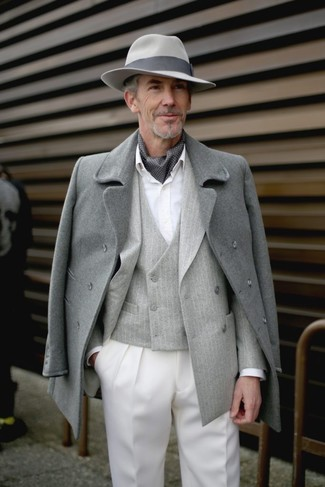 Cómo combinar: abrigo largo gris, blazer cruzado de rayas verticales gris, chaleco de vestir de rayas verticales gris, camisa de vestir blanca