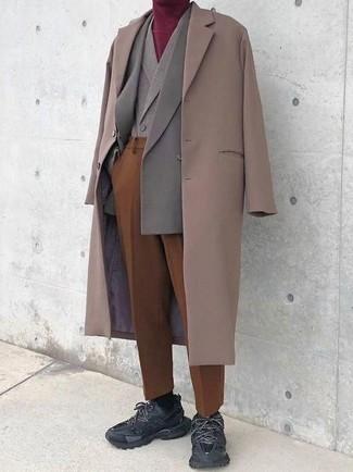 Cómo combinar un pantalón de vestir en tabaco: Considera ponerse un abrigo largo en beige y un pantalón de vestir en tabaco para rebosar clase y sofisticación. Si no quieres vestir totalmente formal, complementa tu atuendo con deportivas negras.
