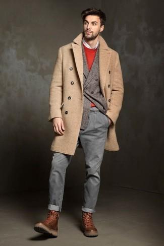 Cómo combinar: abrigo largo marrón claro, blazer cruzado de lana gris, jersey con cuello circular rojo, camisa de manga larga blanca